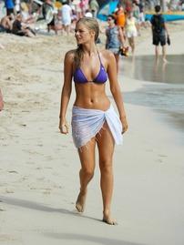 Samara Weaving Exposes Her Sexy Body In A Blue Bikini