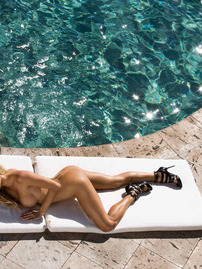Dani Mathers Shows Her Perfect Body Near The Pool
