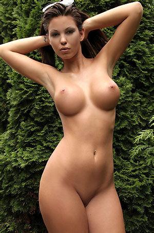 Vanessa Sexy Nude Babe In The Garden