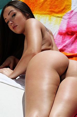 Lola Foxx Drops Bikini
