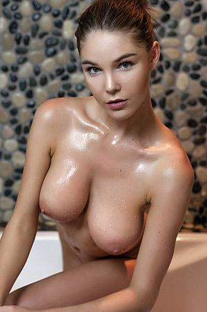 Glamour Model Loraine Takes A Hot Bath